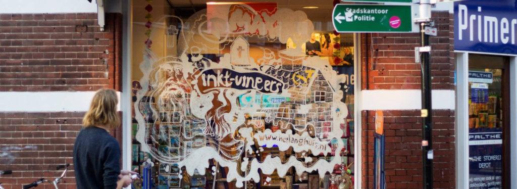 Afbeelding gemaakt op een raam van het langhuis en inkt-vingers
