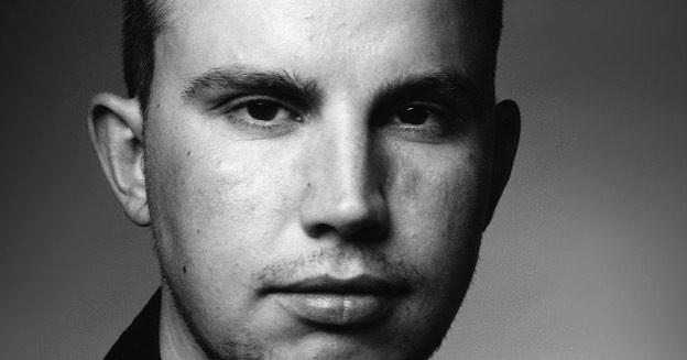 Close-up zwart-wit foto van een jonge man zijn hoofd