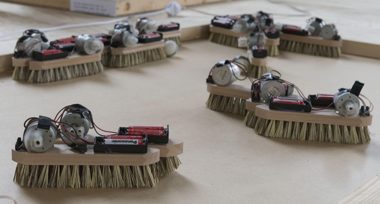 Borstels die worden aangedreven door batterijen gemaakt door Nathan Dillen van Artez