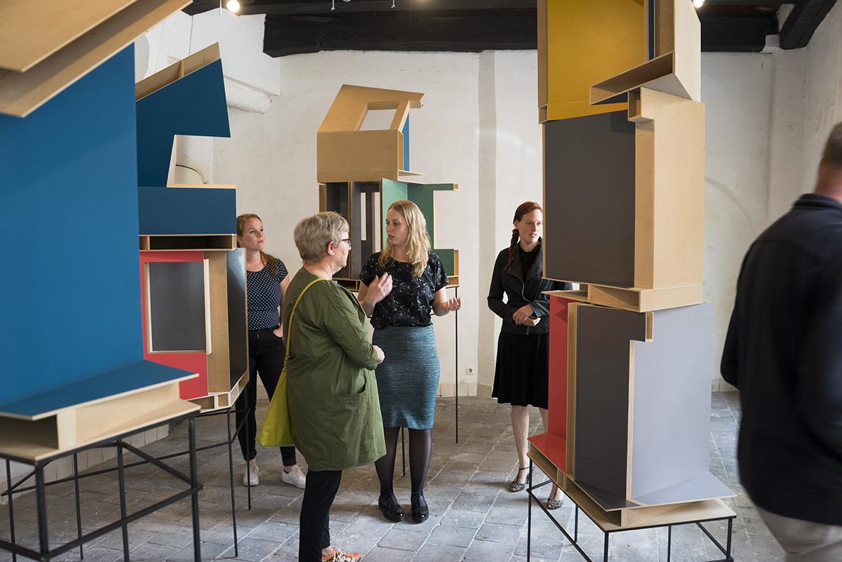 Verschillende kunstwerken en publiek bij expositie van Aaltsje Venema architectuur in onze gedachten