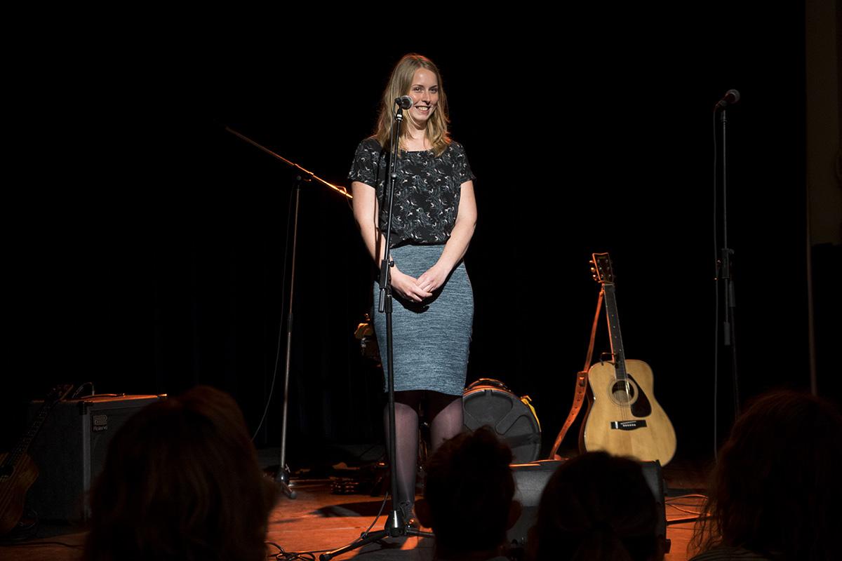 Vrouw op podium voor een microfoon