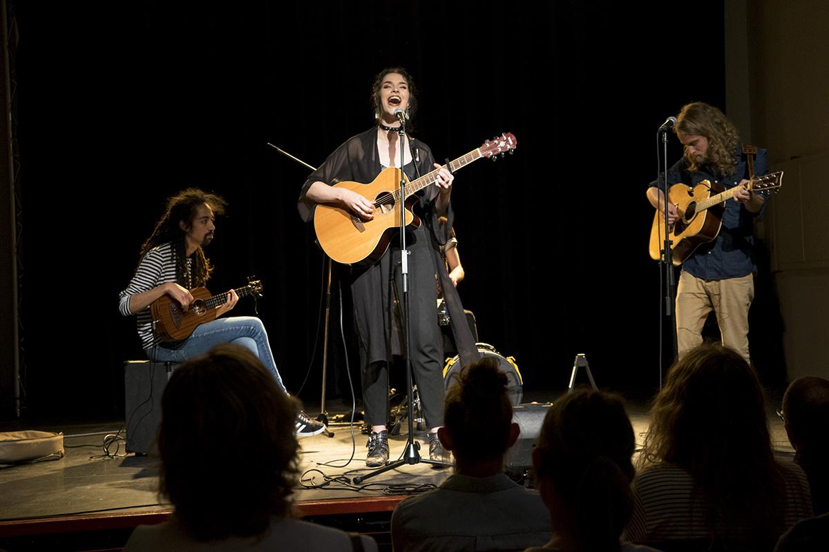 Band die muziek speelt op een podium voor publiek