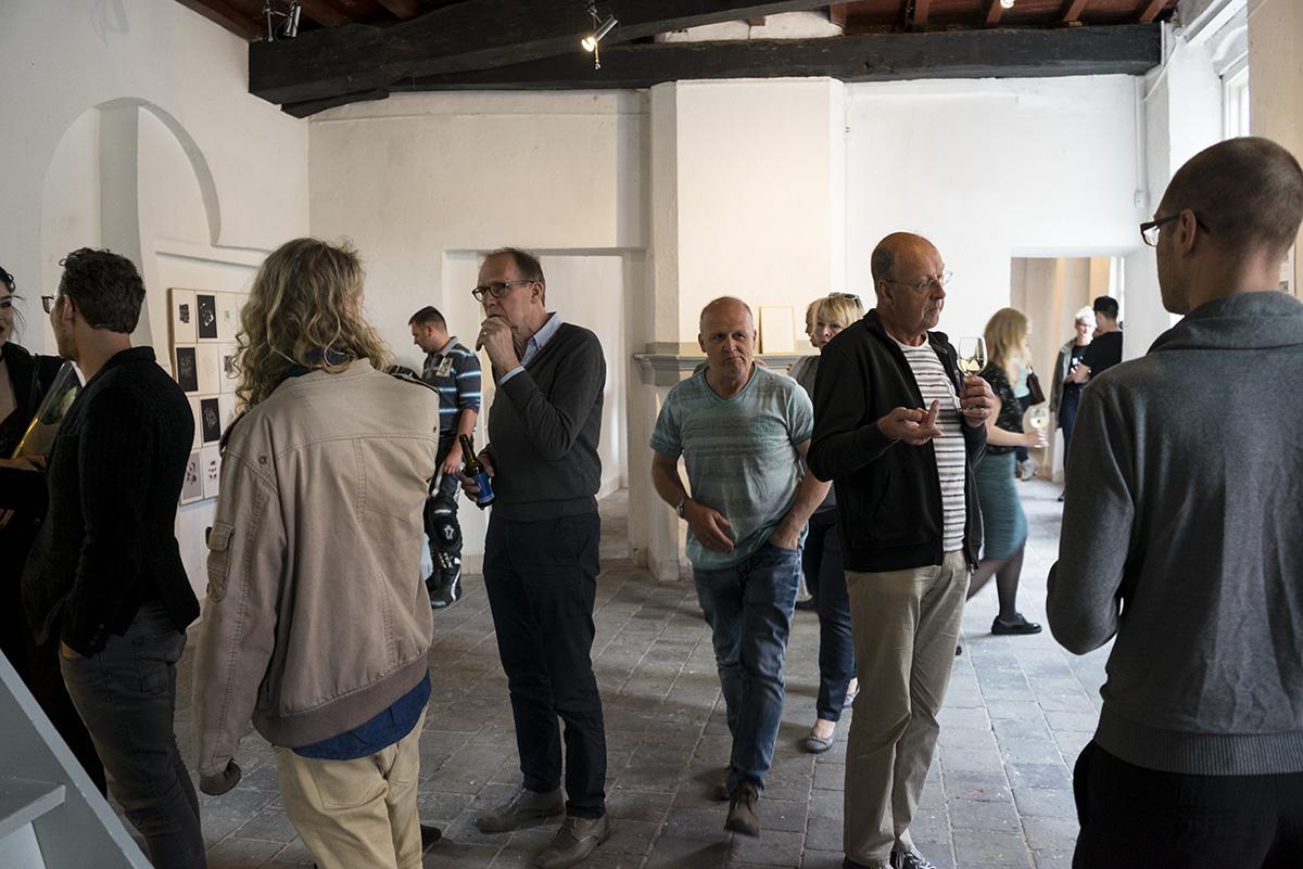 publiek tijdens een opening van een expositie
