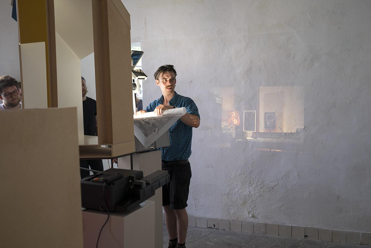 jongen projecteert kunst op de muur