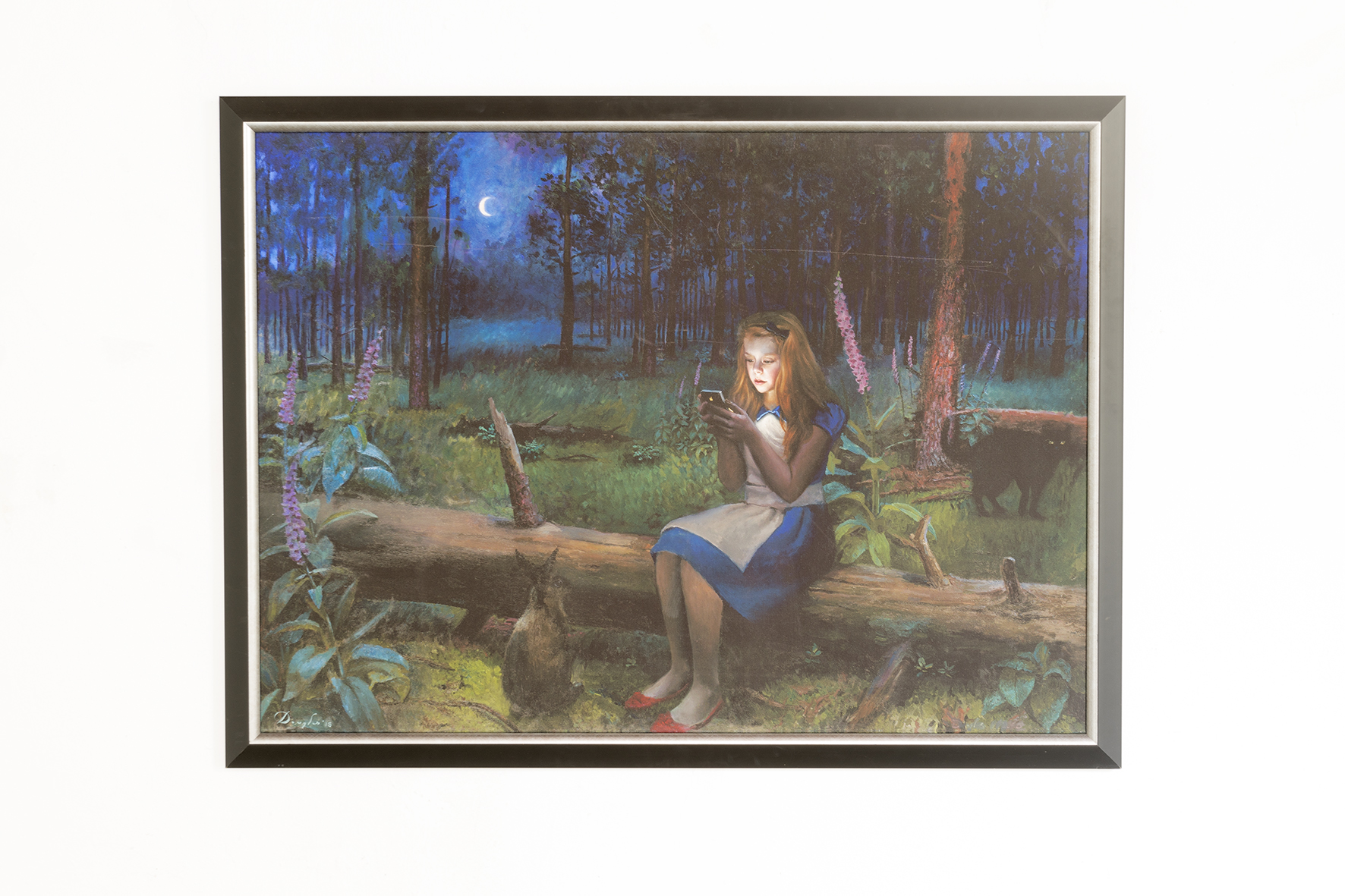 Schilderij van Alice in wonderland die op een telefoon kijkt