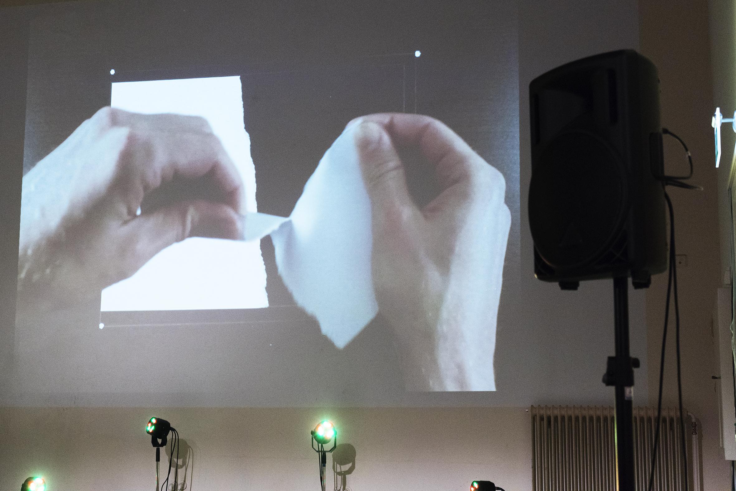 Handen scheuren stukjes papier