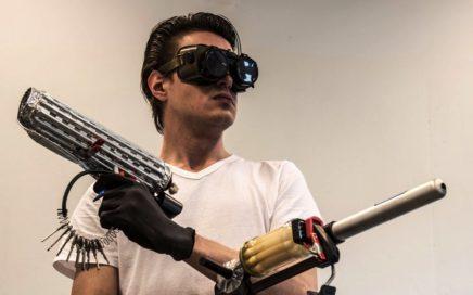 Foto van een man met twee geweren gemaakt van huishoudspullen