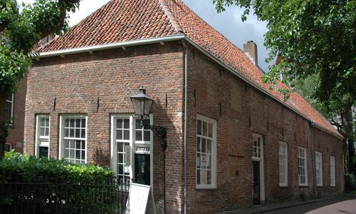 Foto van de voorkant en zijkant van het Langhuis