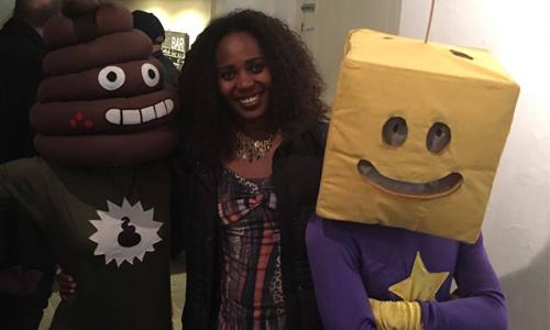 Een vrouw staat tussen twee mensen in die een kostuum dragen