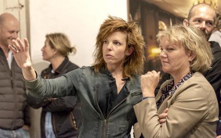 Twee vrouwen bekijken kunst