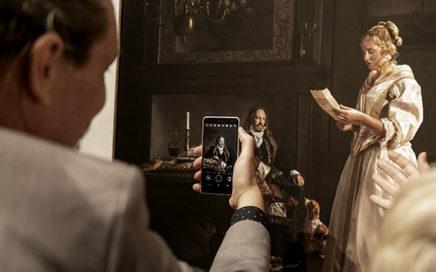 Man maakt foto van uitgebeeld kunstwerk door figuranten