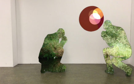 Twee groene mannen knielen voor een stip