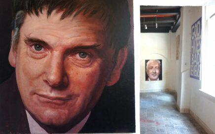 Beeld van expositie Henk Heideveld. Zichtbaar zijn portretten van Ierse componisten.